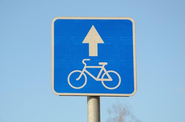 Niebieski kwadratowy metalowy znak drogowy z odblaskową powierzchnią.