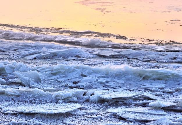 Niebieski lód na brzegu rzeki łuski młodego pierwszego niebieskiego lodu na brzegu rzeki ob