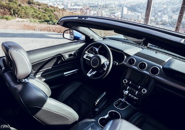 Niebieski luksusowy samochód w punkcie widokowym