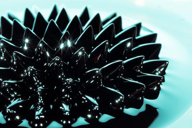 Niebieski metal ferromagnetyczny z bliska