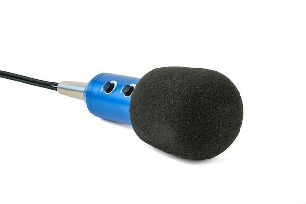 Niebieski mikrofon z czarnym przewodem na białym tle.