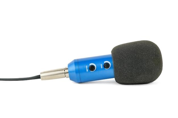 Niebieski mikrofon z przewodem na białym tle