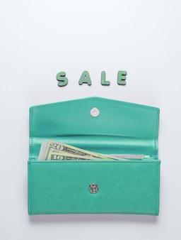 Niebieski modny portfel na białym tle ze sprzedażą słowa