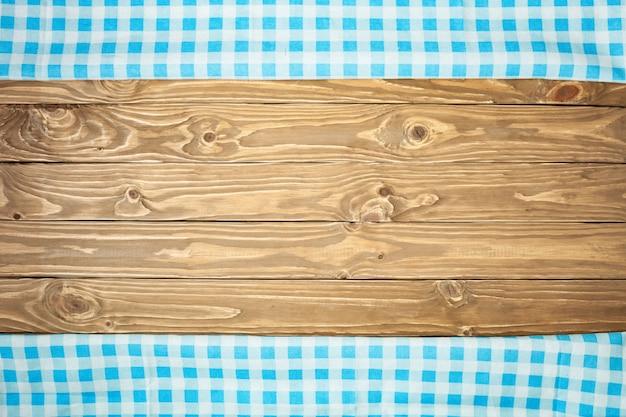 Niebieski obrus w kratkę na drewnianym stole
