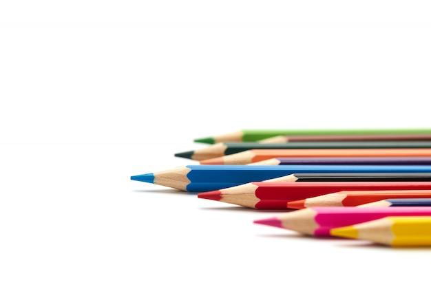 Niebieski ołówek wyróżnia się spośród wielu innych kolorowych ołówków