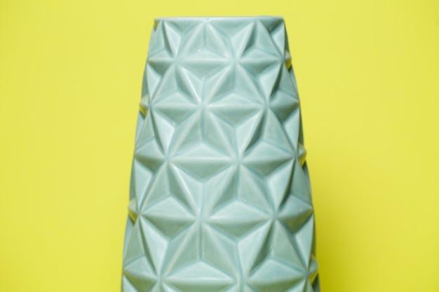Niebieski ozdobny wazon na kwiaty ze ściętymi trójkątnymi krawędziami