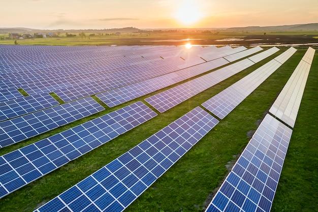 Niebieski panel słonecznych fotowoltaicznych systemów wytwarzających odnawialną czystą energię na wiejski krajobraz