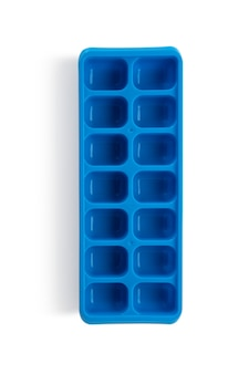 Niebieski plastikowy formularz zamrażarka lód na białym tle