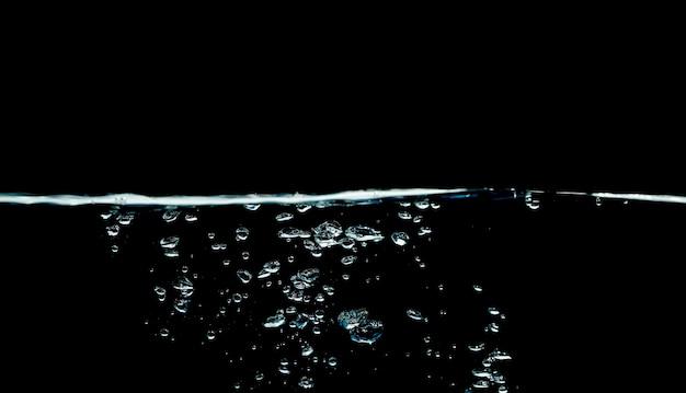 Niebieski plusk wody na białym tle