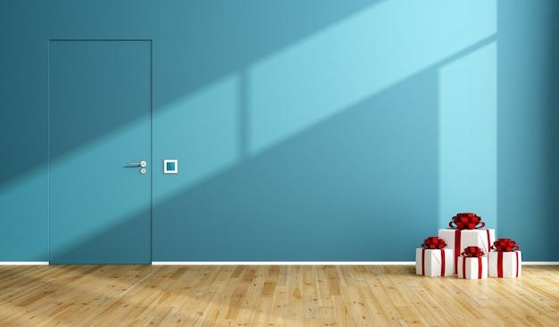 Niebieski pokój z prezentem świątecznym na drewnianej podłodze i zamkniętych drzwiach. renderowanie 3d