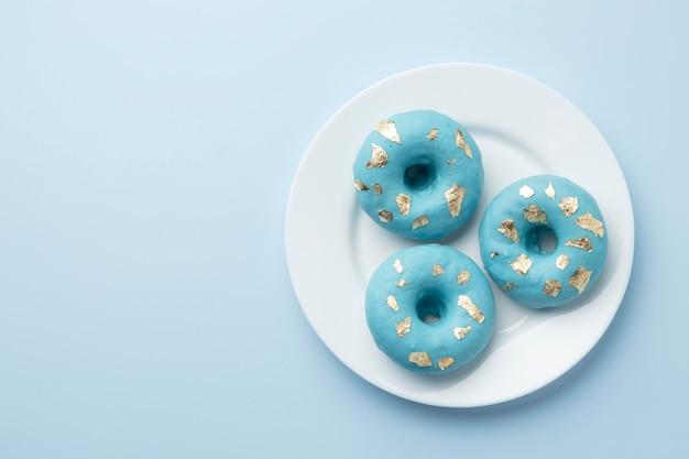 Niebieski poniedziałek aranżacja z pączkami