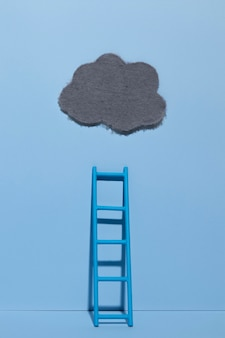 Niebieski poniedziałek z chmurą i drabiną