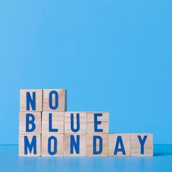 Niebieski poniedziałek z drewnianymi kostkami i miejscem na kopię