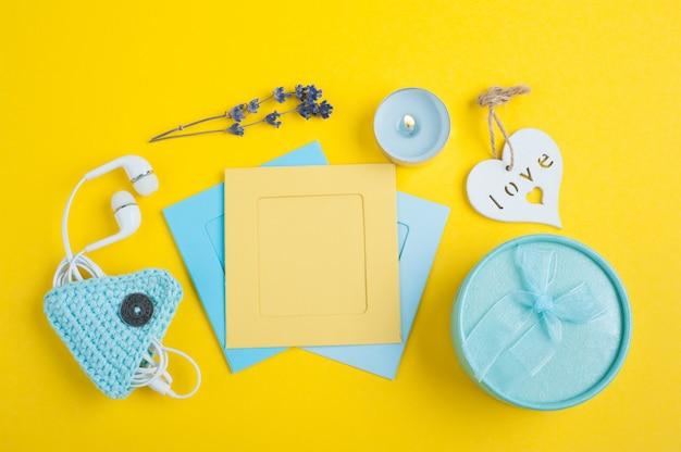 Niebieski prezent i puste notatki