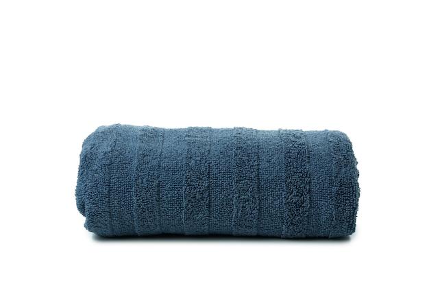 Niebieski ręcznik składany na białym tle
