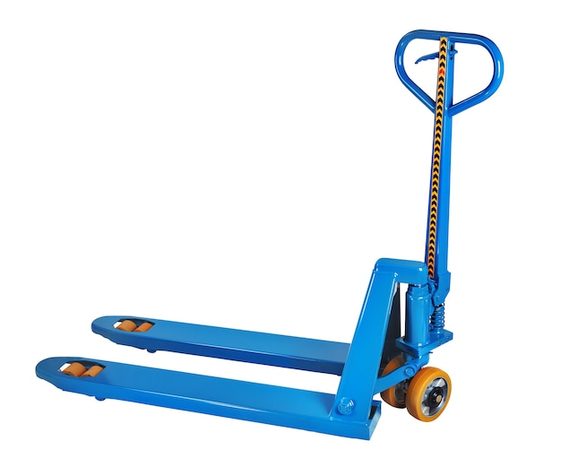 Niebieski ręczny hydrauliczny wózek paletowy, podnośnik pompy na białym tle, zapisany wybór ścieżki.