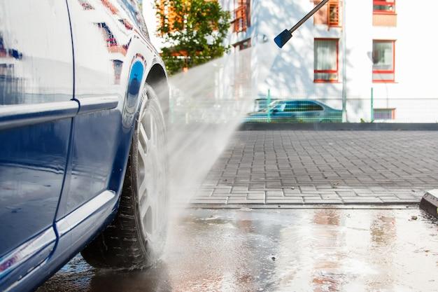 Niebieski samochód w myjni samochodowej