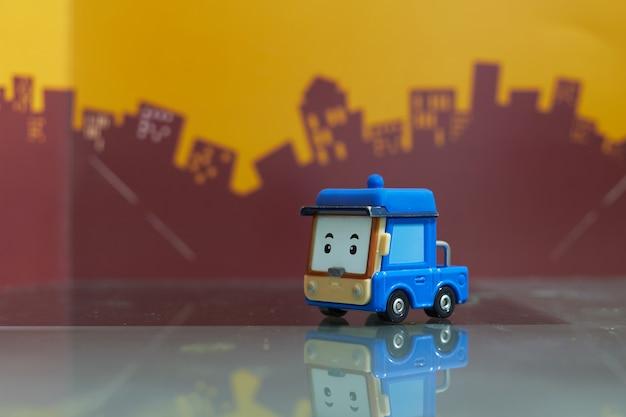 Niebieski samochód zabawka kreskówka selektywne skupić się na rozmycie miasta