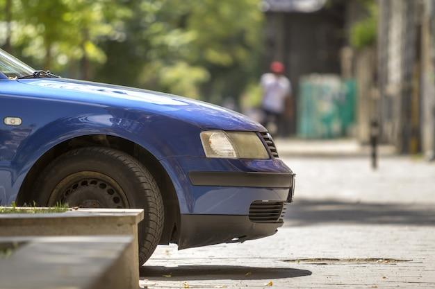 Niebieski samochód zaparkowany