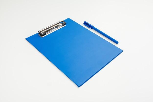 Niebieski schowek na stole w biurze