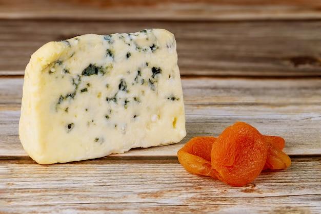 Niebieski ser stilton england z suszonymi morelami