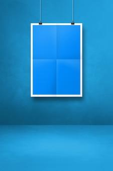Niebieski składany plakat wiszący na czystej ścianie z klipsami. pusty szablon makiety