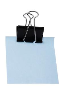 Niebieski spinacz do papieru izolowany na białym tle