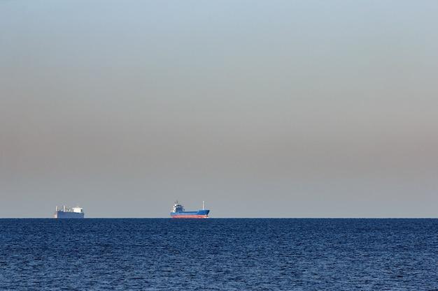 Niebieski statek towarowy wypływający z morza bałtyckiego