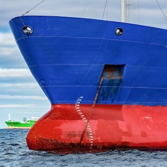 Niebieski statek towarowy zacumowany w spokojnej bałtyckiej wodzie morskiej