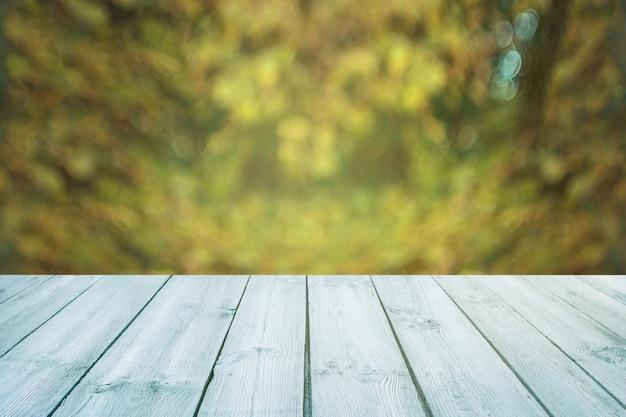 Niebieski stół na zielonym tle niewyraźne, wiosna - może być używany do wyświetlania