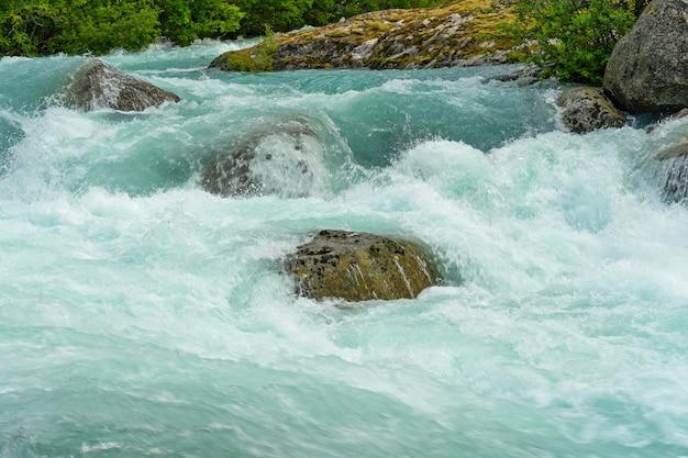 Niebieski strumień wody źródlanej briksdal