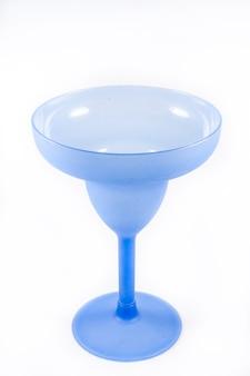 Niebieski szampan na białym tle.