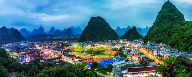 Niebieski szczyt naturalnego wzgórza charakter azjatyckich