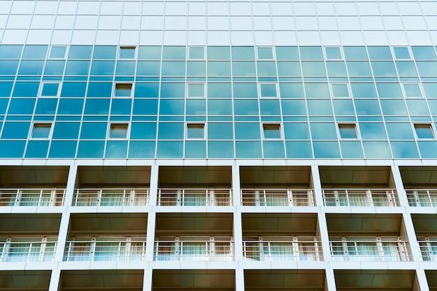 Niebieski szklany budynek z balkonami