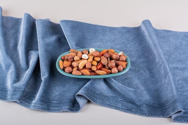Niebieski talerz różnych organicznych orzechów