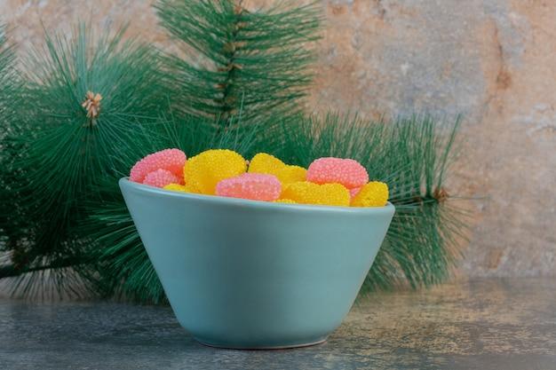 Niebieski talerz z cukierkami w kształcie serduszka. wysokiej jakości zdjęcie