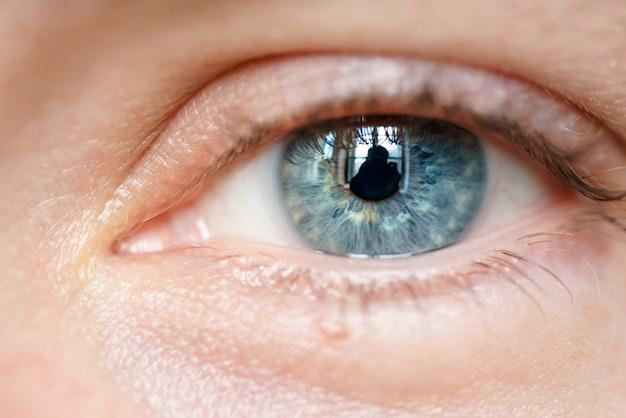 Niebieski widok źrenicy męskiej zbliżenie jednego oka