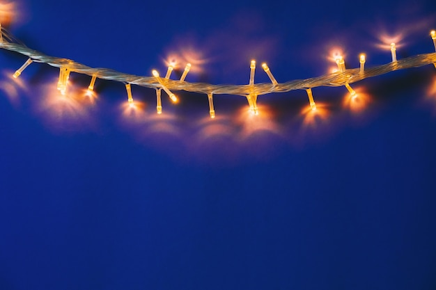 Niebieski z podświetlanymi światłami girlandy