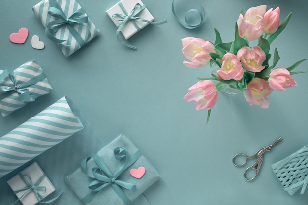 Niebieski z różowymi tulipanami, pasiastym papierem do pakowania i pudełkami prezentowymi