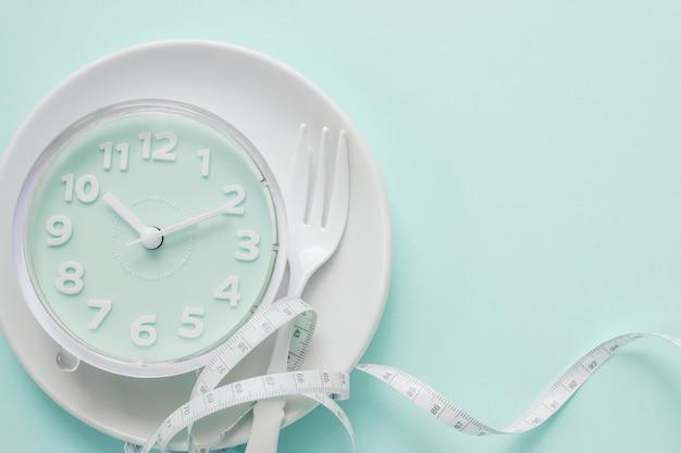 Niebieski zegar na białym talerzu