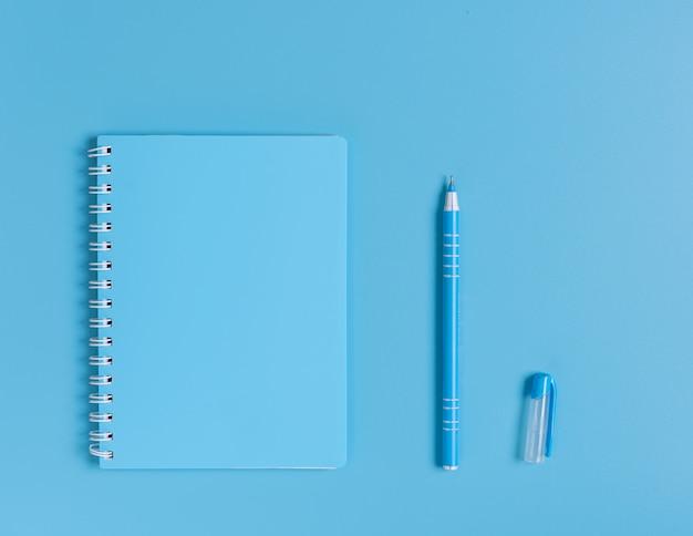 Niebieski zestaw notatnik i długopis, widok z góry