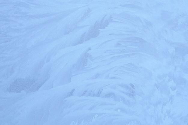 Niebieski zimowy lód ornament na szkle, tło na boże narodzenie i nowy rok