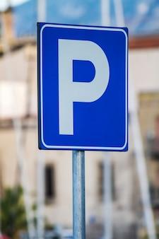 Niebieski znak parking