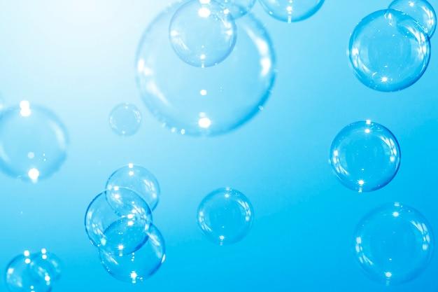 Niebieskie baniek mydlanych, naturalne tło