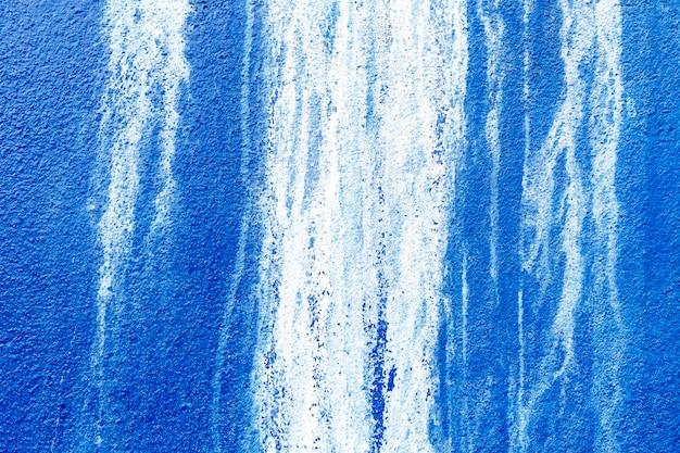 Niebieskie betonowe ściany z białymi plamami na ścianach.