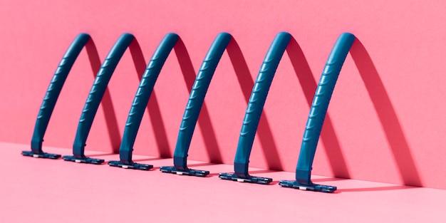 Niebieskie, bezpieczne maszynki do golenia dla wrażliwej skóry