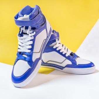 Niebieskie białe wysokie buty na białym tle