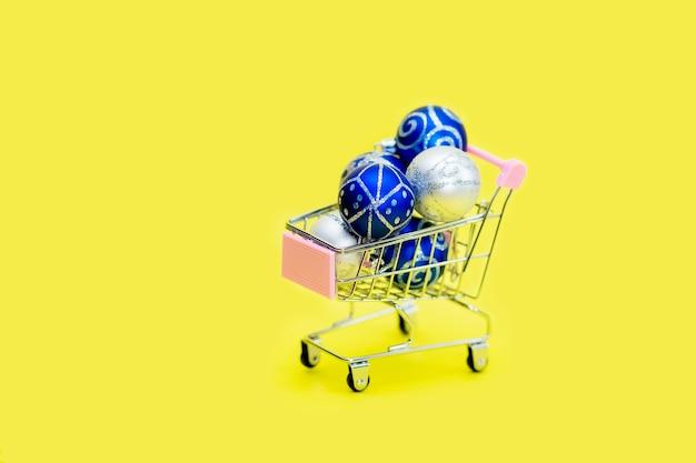 Niebieskie bombki są ułożone w mały koszyk.
