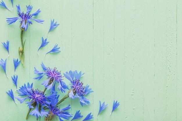 Niebieskie chabry na drewnianych