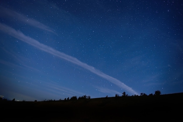 Niebieskie ciemne niebo z wieloma gwiazdami